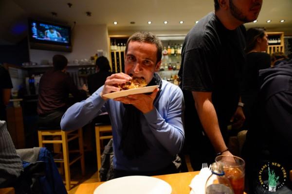 adrienne's pizzabar Nueva York MPVNY comiendo pizza