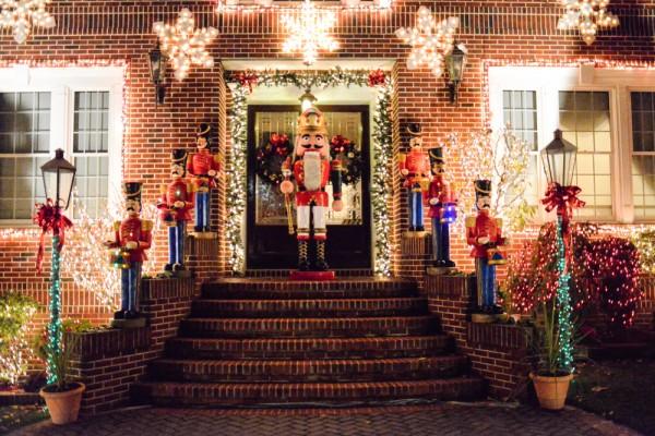 descubran las decoraciones de navidad de dyker heights en brooklyn. Black Bedroom Furniture Sets. Home Design Ideas