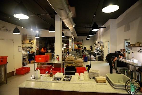 Preparando café en el Blue Bottle Coffee Bar
