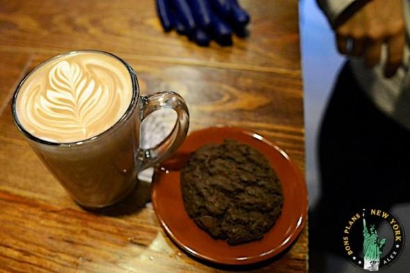 Café y cookie en Blue Bottle Coffee Bar