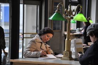 Escribiendo en una postal en NYC
