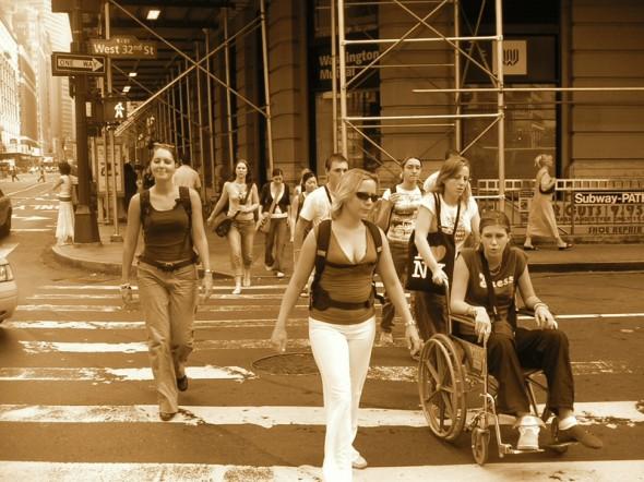 cruzando calle NY con silla de ruedas