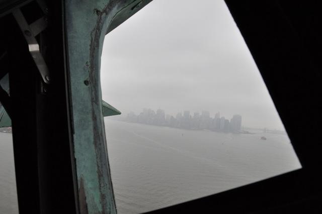 vista nublosa de NYC desde la corona de la estatua de la Libertad