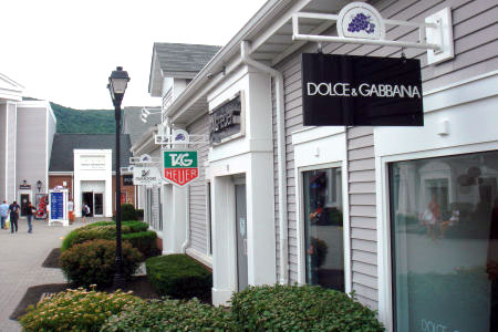 Woodbury Common Premium Outlets. Join the savvy NYC shoppers who get Fifth Avenue brands at outlet and factory store prices. An air-conditioned bus whisks you in comfort for a day's retail therapy in the shops (yes, !) at Woodbury Common Premium Outlets.