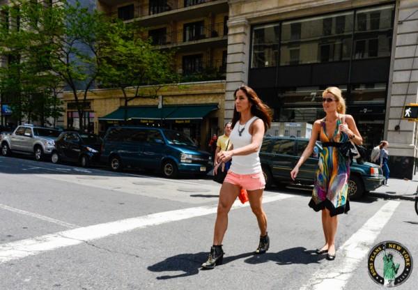 chicas caminando en Nueva York MPVNY